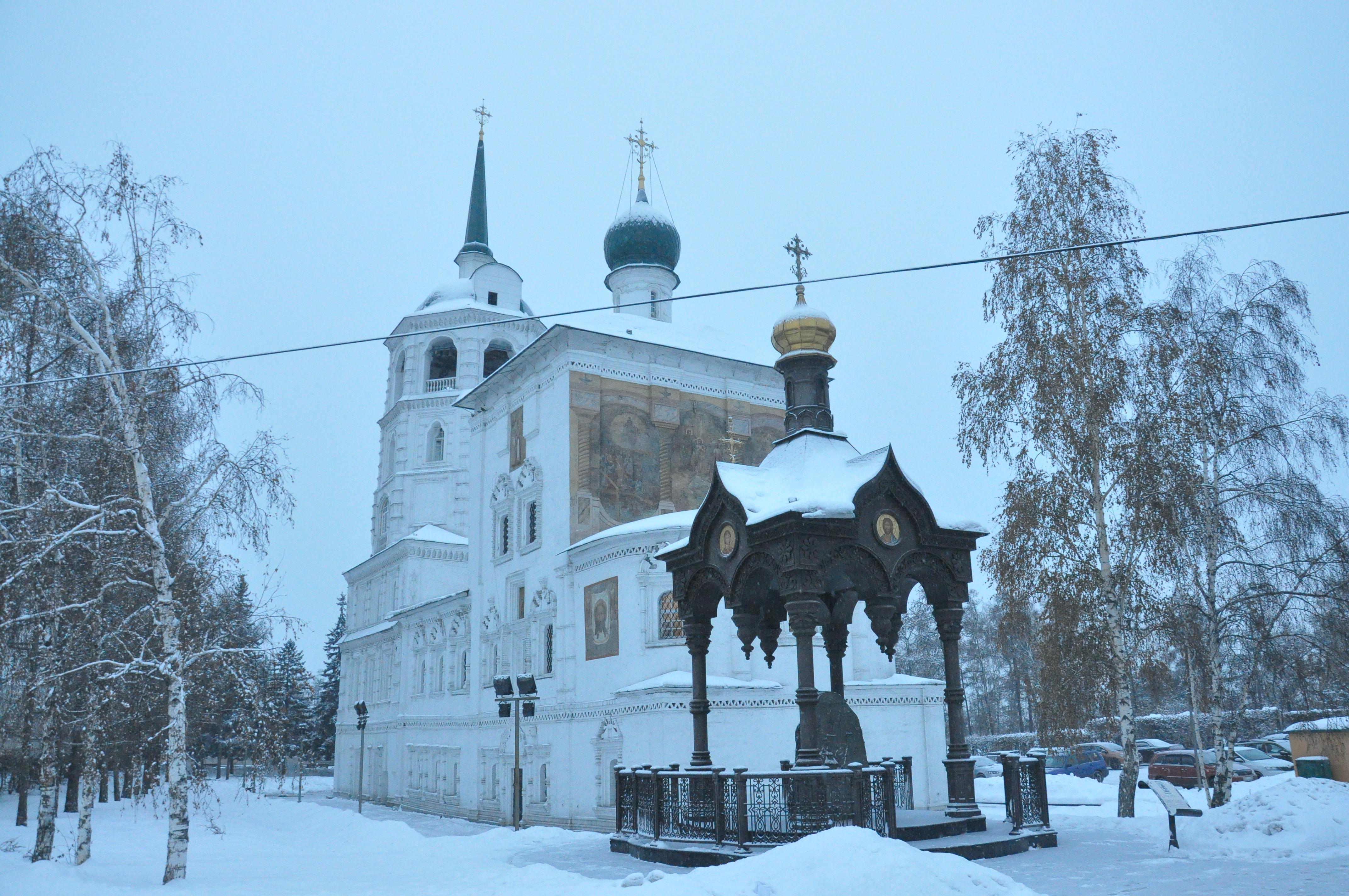 波兰天主教堂,红墙尖顶,有着显而易见的哥特式建筑风格.